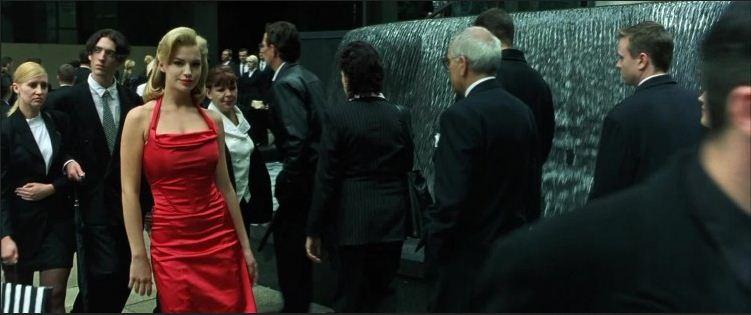 Frau im roten kleid matrix